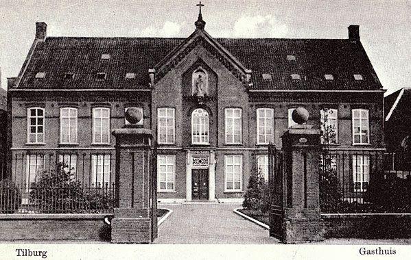 We zien hier het 'Gasthuis op het Locht', destijds het tweede ziekenhuis van Tilburg. Het eerste ziekenhuis bevond zich aan het Wilhelminapark en was al snel te klein. Door een paar jaar flink te collecteren kon in 1838 dit 'St. Elisabeth Gasthuis op de Locht' gebouwd worden. De Gasthuisring die van de Noordstraat naar de Veldhoven liep heette destijds 'De Locht'.