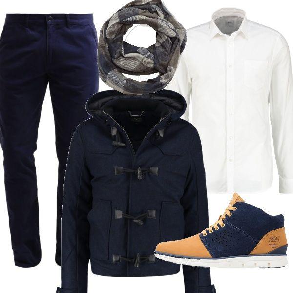 Il bianco e il blu si abbinano in questa composizione, ideale per una passeggiata o per un appuntamento. La camicia bianca viene accostata a pantaloni in cotone di taglio classico e a scarpe stringate bicolore. Sopra si può indossare un giacca invernale e una sciarpa a quadretti in lana morbida e calda.