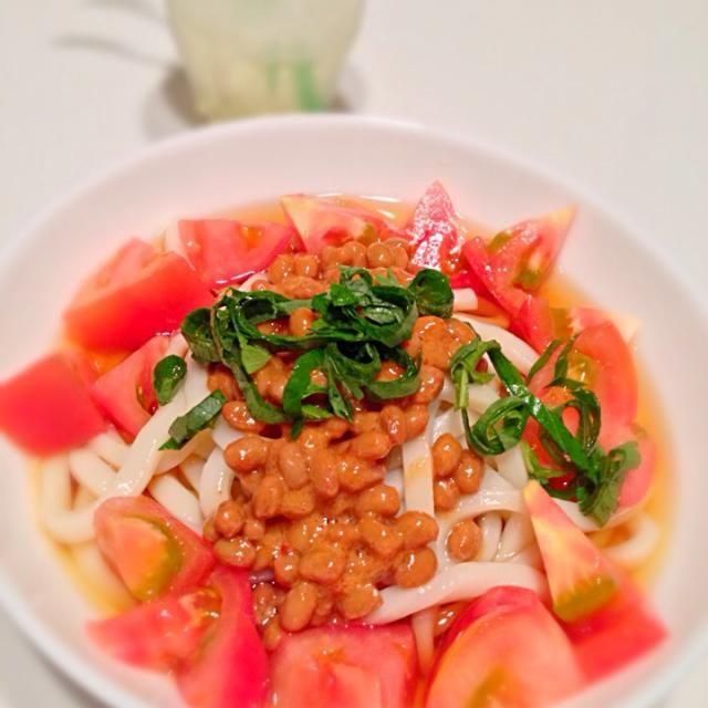 トマト味の納豆を買ったものの、ご飯には合わない気がして、冷やしうどんにトッピング。 - 2件のもぐもぐ - トマト納豆冷やしうどん by kikicyoko