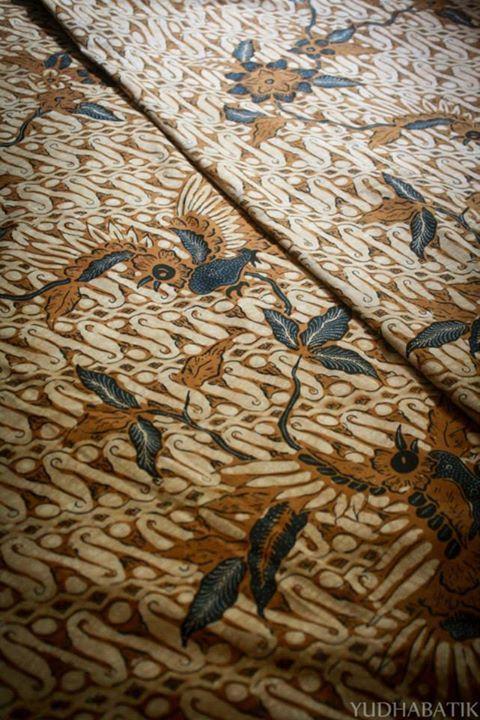 "Solo stamped batik in ""Manuk latar parang"" pattern. Parang in this batik shown as ""latar"" or background - Solo, Central Java"