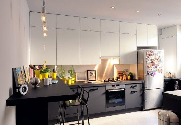 Meubles bas foncés ou gris, meubles hauts blancs = agrandir l'espace. Pas mal également avec plan de travail contrasté.