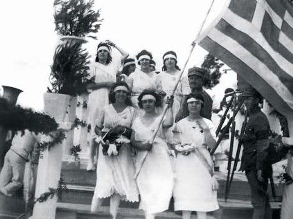 İzmir'in Yunan güçler tarafından işgali, o dönemde şehirde yaşayan bazı Rum kökenliler arasında sevinçle karşılanmıştı. (1919)