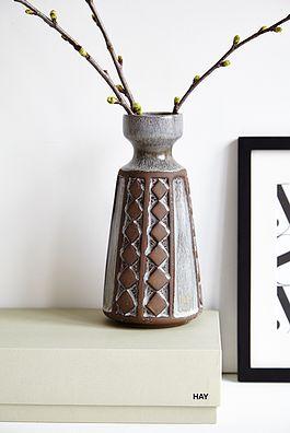 Grå mønstret vase - 125kr. Køb den på www.loppedesign.dk