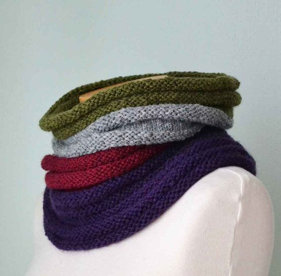 Knitted cowl in a ribbed pattern by Berniolie