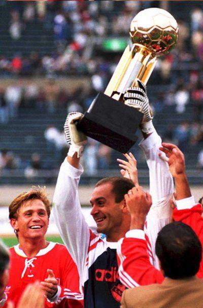 Independiente de Avellaneda Campeón de la Recopa Sudamericana 1995.En la Imagen,Luis Islas levanta el trofeo.