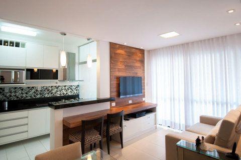 Em um apartamento pequeno, projetado pela arquiteta Maristela Bernal, o espaço de 14,5 m² precisou multiplicar as funções. Além de sala de estar, home theather, sala de jantar e cozinha, o ambiente ganhou elementos estratégicos, como o balcão, que serve para servir as refeições e também para trabalhar com o notebook.