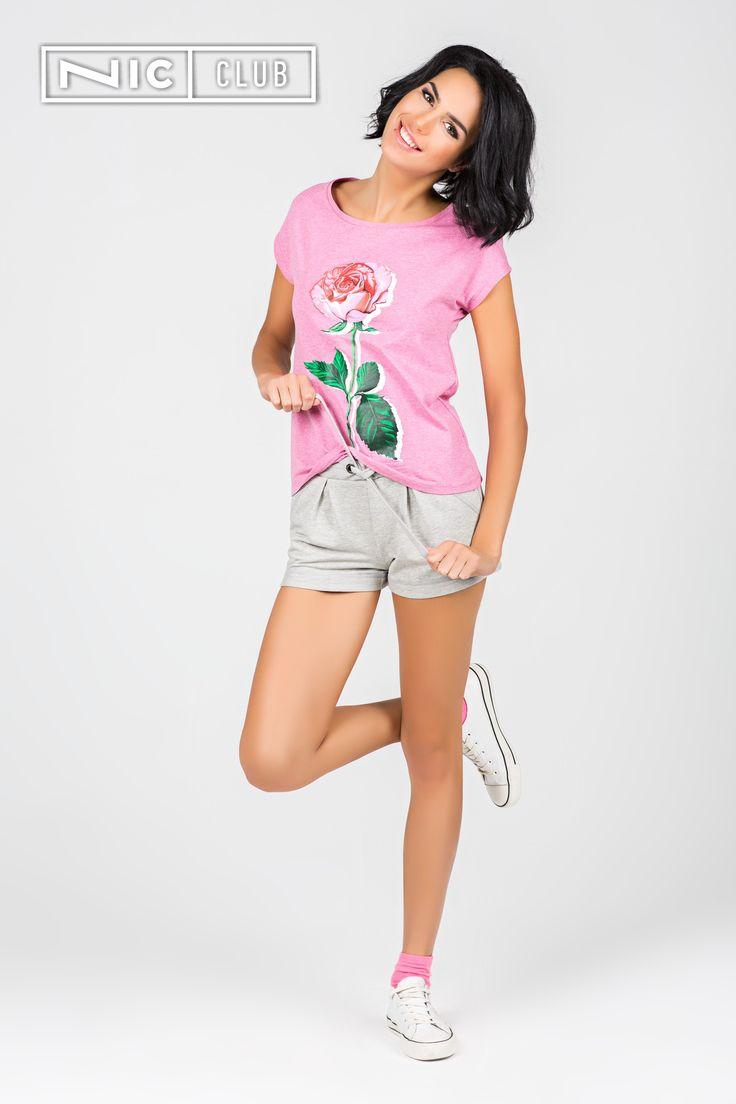 Женская футболка Campo («Кампо») выполнена из меланжевого трикотажа нежно-розового оттенка. Изделие декорировано красочным принтом на груди — крупной розой. Длина футболки от Nic Club («Ник Клаб») — до середины бедра, рукава — цельнокроеные. Удобную и стильную футболку можно носить дома и на улице. Изделие прекрасно гармонирует с серыми или черными брюками из этой коллекции, а также с любым другим низом в стиле casual.