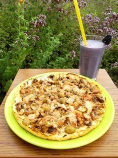 Túró alapú fitnesz pizza     RECEPT: Hozzávalók: • 25 dkg zsírszegény túró • 1 db M-es tojás • 1,5 ek. 12%-os tejföl • 4 ek. zabpehelyliszt(Szafi Fitt zabliszt ITT!)(Szafi Fitt gluténmentes zabpehelyliszt ITT!) • himalaya só(ezt használtam) • oregánó Elkészítés: A hozzávalókat össze