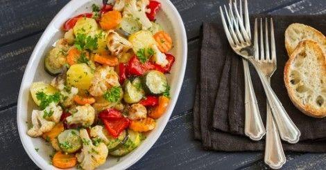 Ensalada de vegetales asados con aderezo de perejil. Lee más en La Bioguía.