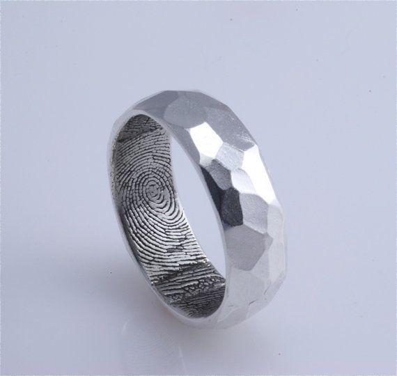 Imagen 141 Anillo de plata con huellas dactilares en su interior y superficie tallada para un look | HISPABODAS