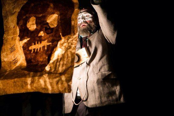 Театр двух художников-перформеров Максима Исаева и Павла Семченко генетически восходит к опытам легенды ленинградского андеграунда Бориса Понизовского (1930–1995) и таким образом продолжает историю местного театрального подполья.