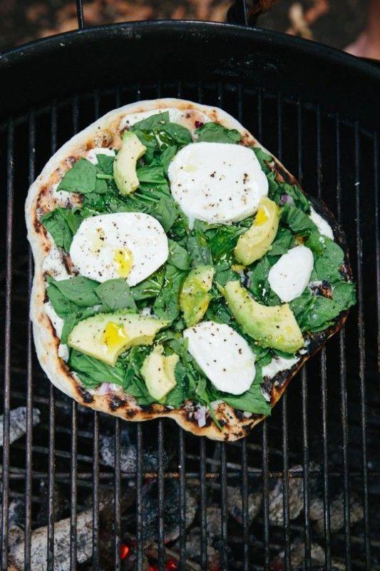 «Белая» пицца с авокадо, шпинатом и моцареллой