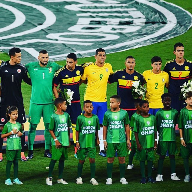 Brazil recorded a 1-0 win over Colombia in a friendly played to raise money for tragedy-hit Chapecoense on Wednesday. A second-half header from Dudu was enough to seal victory for the hosts in Rio de Janeiro. Both teams were made up of almost entirely domestic-based players. #ForçaChape #VamosChape #Brazil #Colombia #obrigado #gracias #Chapecoense @cbf_futebol @fcfseleccioncol @chapecoensereal