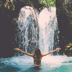 3. An einem Wasserfall baden
