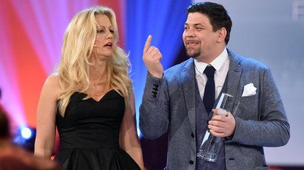 Barbara Schöneberger und Tim Mälzer beim Deutschen Fernsehpreis. (Quelle: Sascha Baumann/ZDF/dpa)