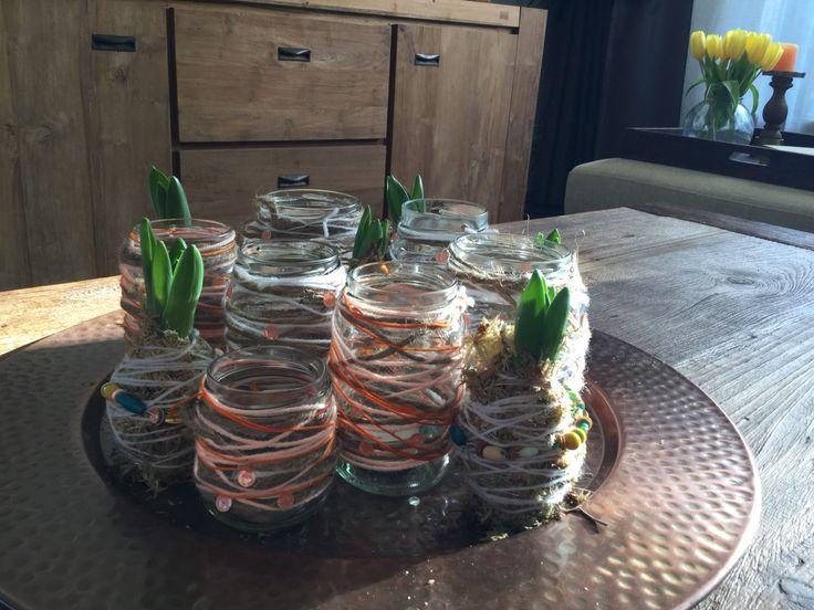 Gebruikte (jam etc.) potjes en hyacinten zijn omwikkeld met wol en touw. :)