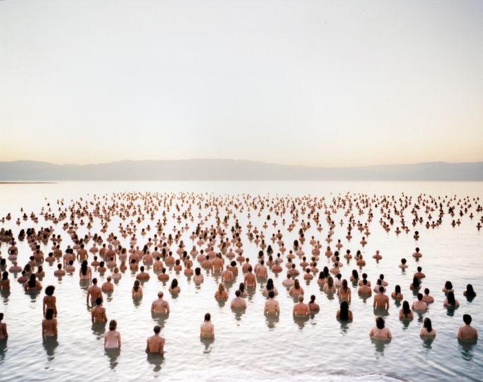 Vi ricordate Spencer Tunick? Il fotografo fissato con le masse di volontari nudi posizionati in location mozzafiato? Beh, questa volta ha intenzione di partecipare ad un evento di sensibilizzazione (di gente vestita) nel Mar Morto, che ha lo scopo di scuotere le coscienze sul progressivo