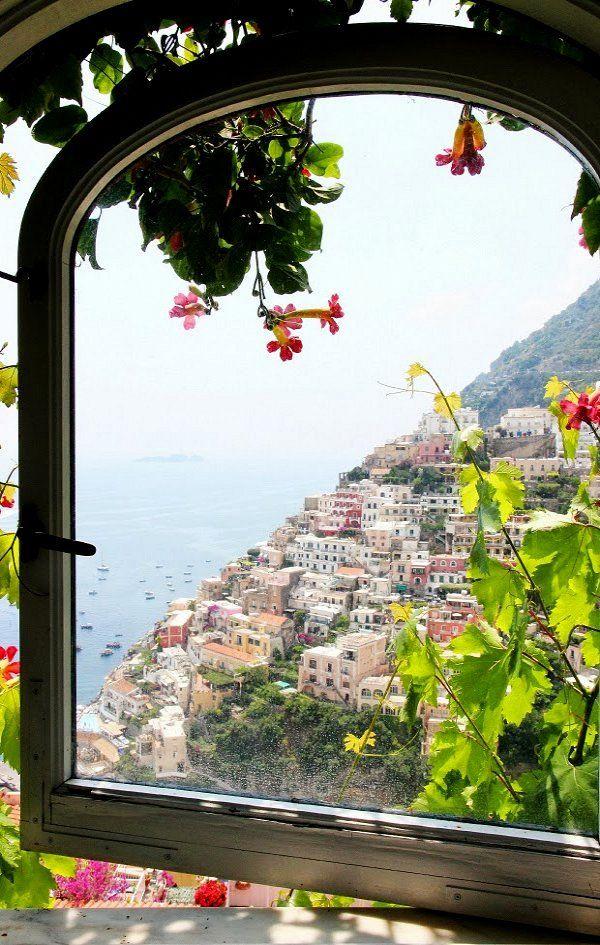 Uitzicht vanuit het raam op Positano, Amalfi kust, Italië.