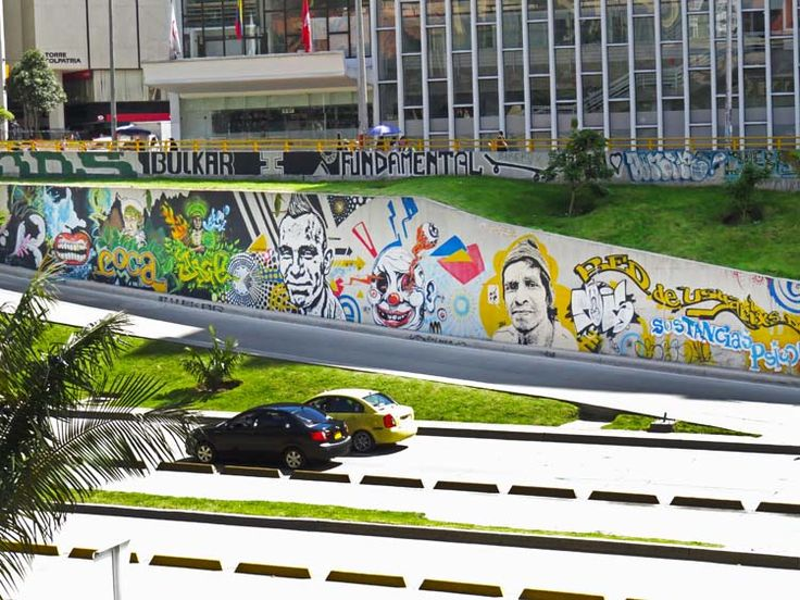 4. Rostros que divierten y cuidan los carros que pasan junto a la Torre Colpatria.