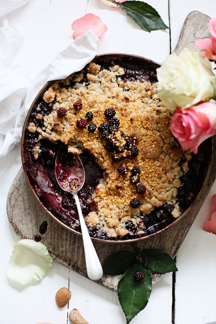 Pratos e Travessas: Crumble de amoras, rosas e amêndoa # Blackberry, roses and almond crumble | Food, photography and stories