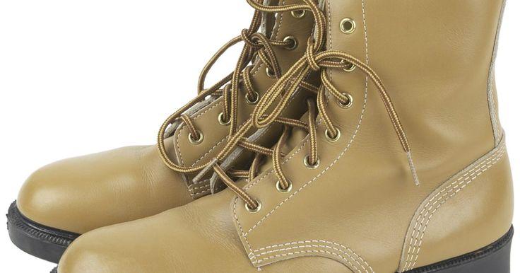 Cómo limpiar botas Caterpillar. Caterpillar es una marca líder entre los distribuidores especializados en equipos para trabajo pesado, entre los cuales se encuentra el calzado. Las botas Caterpillar son duraderas, cómodas y ofrecen protección para tus pies; por estas excelentes cualidades, sin embargo, su precio es igualmente considerable. Con un poco de cuidado, puedes proteger ...