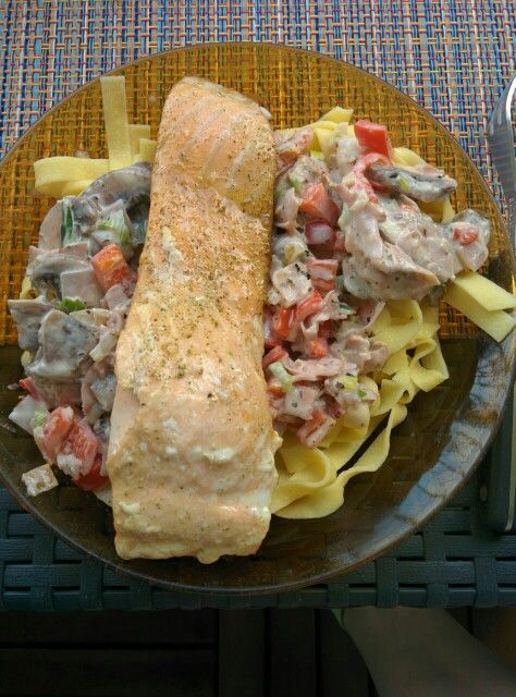 Ei-Tagiatella met ham, champignons, zoete rode paprika, lente ui, roomkaas en daar bovenop een op de huid gegrilde zalm. Héérlijk zomers gerecht en makkelijk te maken. Use your imagination