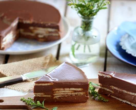 Pastel de chocolate con leche y galletas