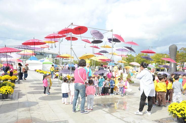 탈춤축제장 우산조형물 아래에서 체험학습 (2016. 10. 7)