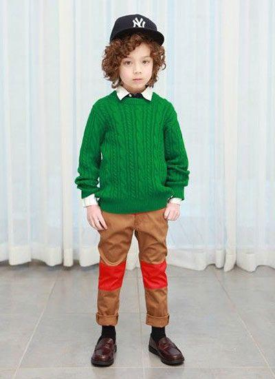 緑のケーブル編みセーターとチノパン。色使いを真似したい子供服☆