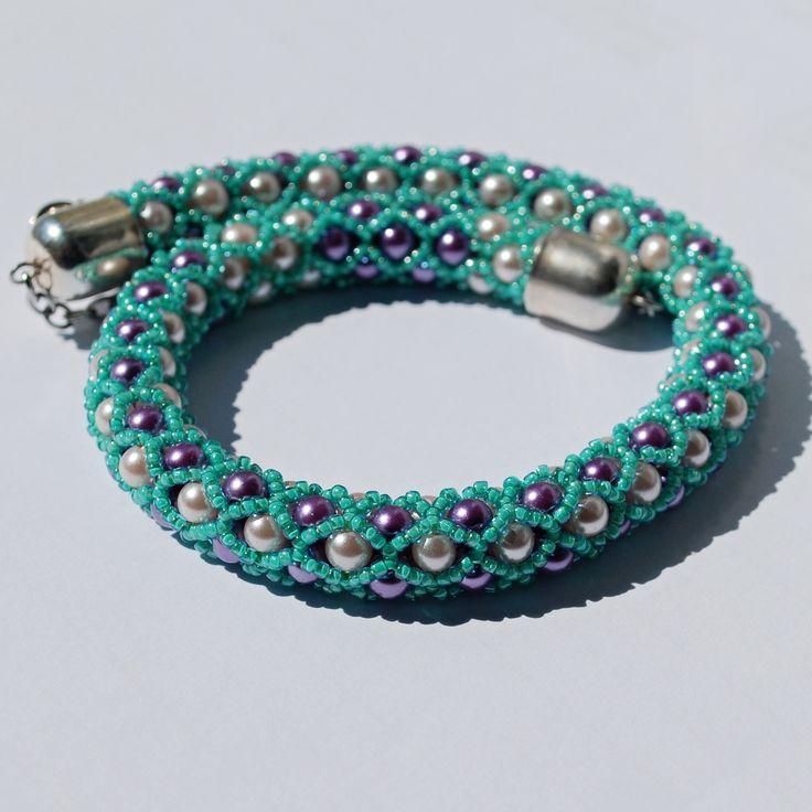 Náhrdelník z perlí - Tyrkysová něžnost Náhrdelník je šitý ze skleněných perlí 4mm a rokajlu Toho 15/0. Je zakončený řetízkem a karabinkou z chirurgické oceli. Délka náhrdelníku je 45 cm.