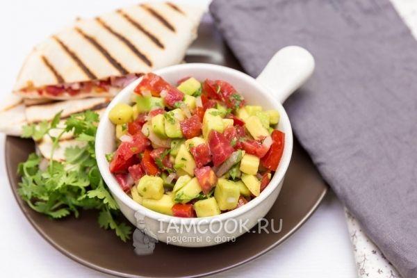 Фото сальсы из авокадо с помидорами
