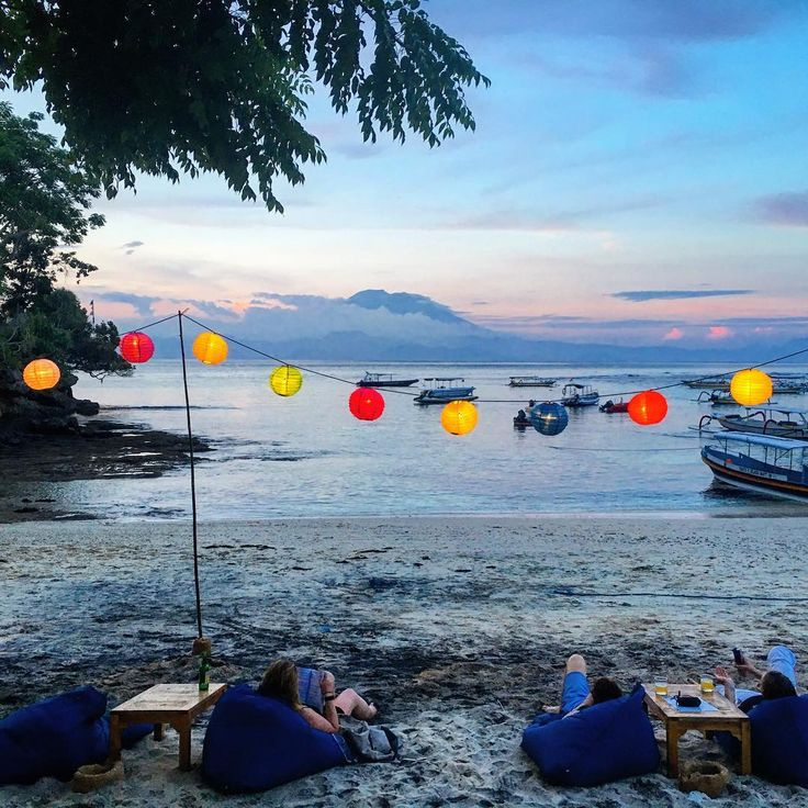 Nusa Lembongan! Sunset beers with your feet in the sand? Yes please. We had a lovely time at Mola Mola House, Mushroom Bay. . .