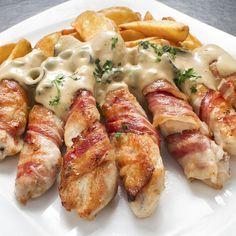 Tiras de peito de frango enroladas em bacon com delicioso molho gorgonzola! Imperdível!