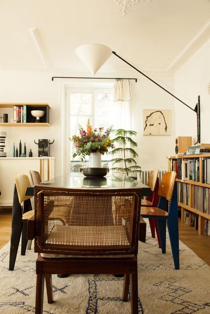 Chaises de couleur et grande tablée devant la fenêtre