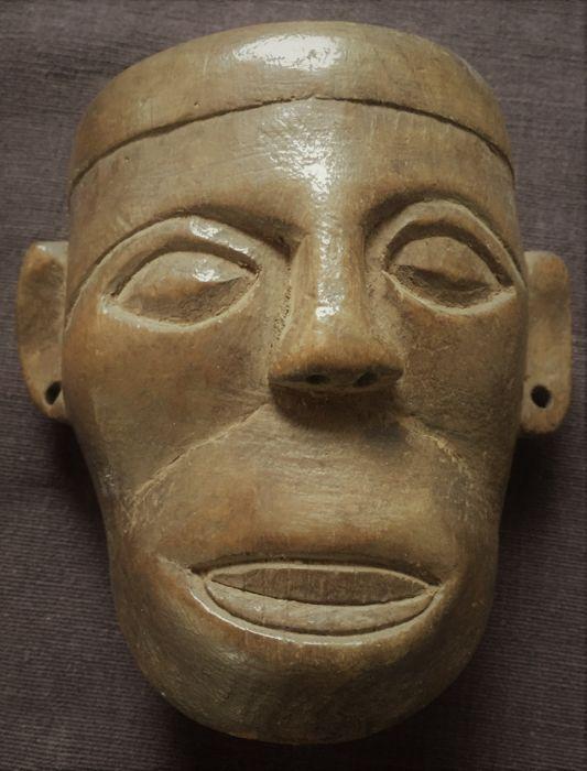 """De tegenhanger van de hoofd-hunter van Naga - stam van de Konyak tribe  In hout tegenhanger in de vorm van een hoofd gedragen door de Naga hoofd-jagers van de stam van de Konyak tribe. Het hout is zeer licht. De oren zijn doorboord als u wilt koppelen een tekenreeks of een ketting. Zeer mooie patina en metingen.Afmetingen: 10.5 x 9.5 cm dikte: 4 cm.Era: 20e eeuwOorsprong: Zacke Gallery Wenen beschrijving van de partij: """".. .light bruin kleuren. Uit een Oostenrijkse collectie verworven in de…"""