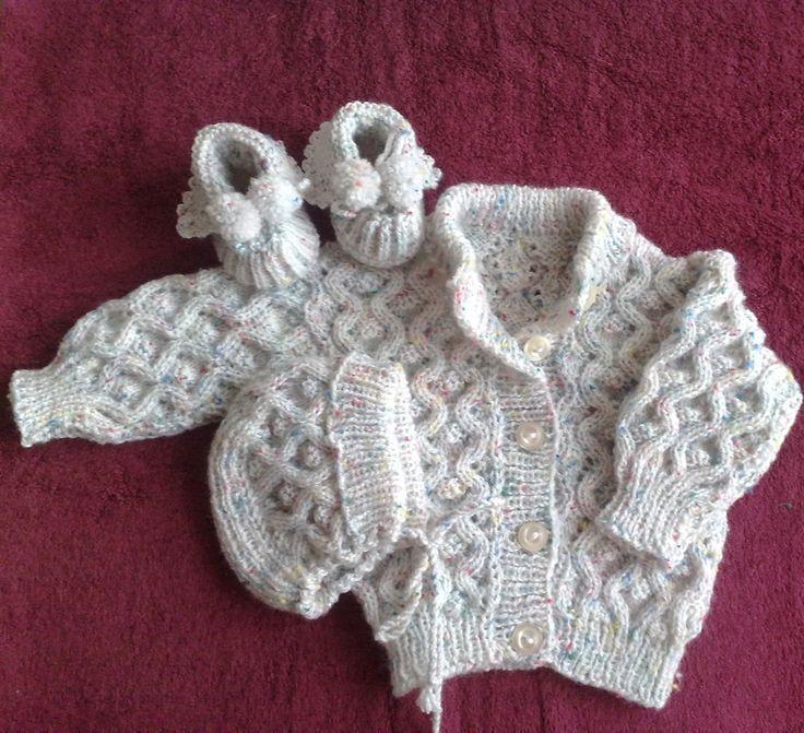 Soupravička pro miminko Ručně pletená soupravička pro holčičku nebo chlapečka se skládá z čepičky, svetříku a bačkůrek. Je upletena z velmi jemné pletací příze vhodné pro miminka (100 % akryl). Svetřík na rozpínání umožní snadnější oblékání. Velikost: 0 - 4 měsíce Barva: sv. šedá s barevnými nopky (viz detail)