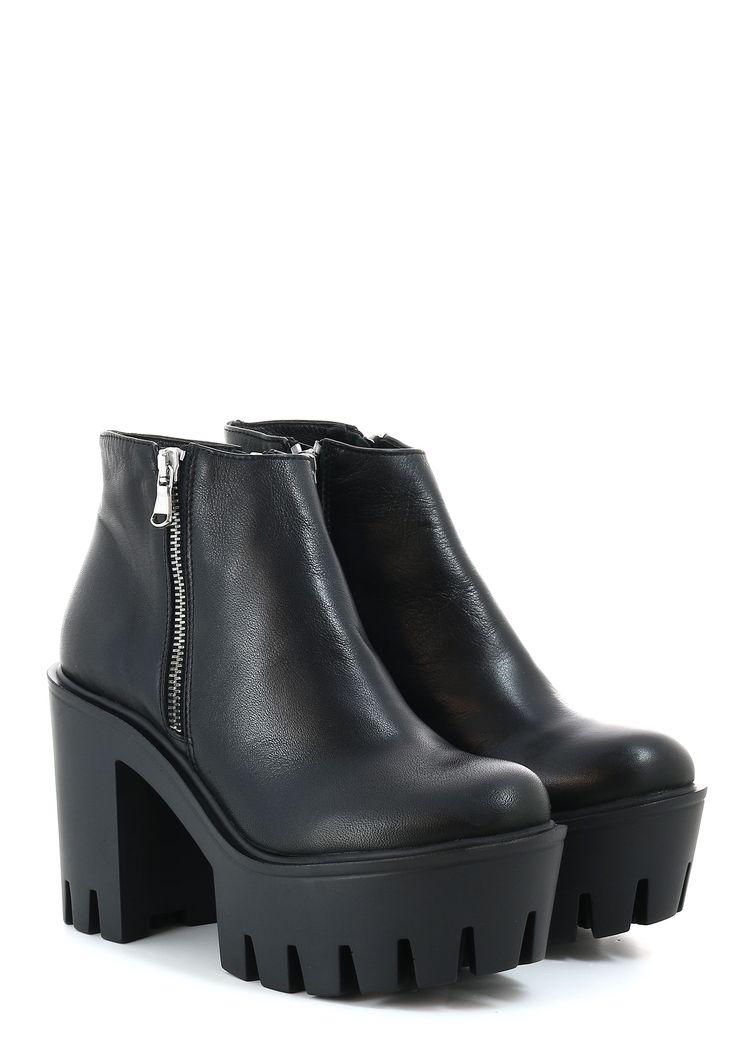 Онлайн-магазин Podium Luxe предлагает купить черные ботинки STRATEGIA S.R.L. по цене 20900 рублей. Бесплатная примерка перед покупкой. Звоните +7 (800) 200-1691.