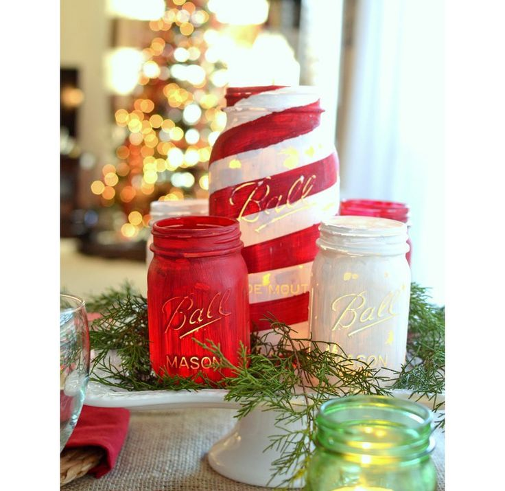 A ceia é um dos momentos mais importantes do Natal. Por isso, selecionamos 24 arranjos para tornar esse momento ainda mais especial. O site The Frugal Homemaker ensina a pintar os vidros reutilizados para criar luminárias temáticas.