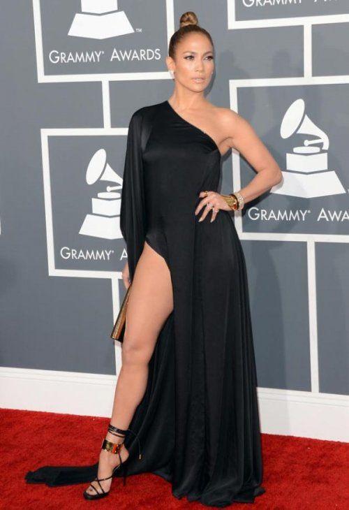 Самые смелые наряды знаменитостей 2013 года. Дженнифер Лопес в платье от Anthony Vaccarello на красной дорожке церемонии Grammy
