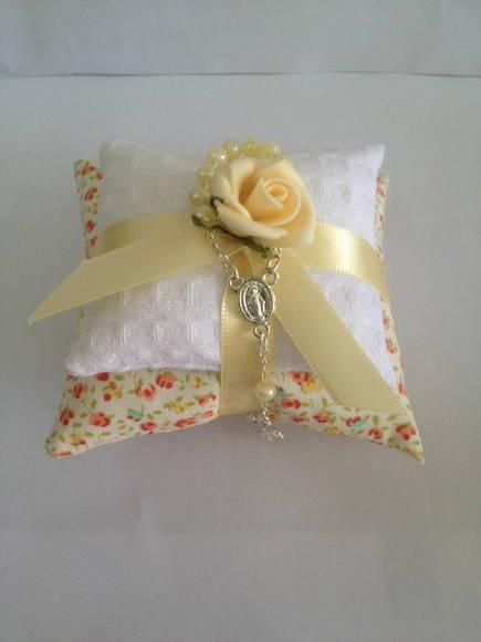 Almofadinha dupla perfumada, confeccionado em tecido piquet e outra em tecido 100% algodão, com  fita de cetim, rosa em e.v.a.   Preço: R$ 7,00 a unidade (embalado em saco celofane)  ********TAG COM NOME ACRESCE 0,40 a unidade  Tamanho: 9 x 6 x 9 cm   *O sachê é feito com enchimento de plumante e essência.   Acompanha mini terço  Essencia: Lavanda, Mamãe & Bebê e Maça Verde.  Pedido mínimo 10 unidades R$ 7,00