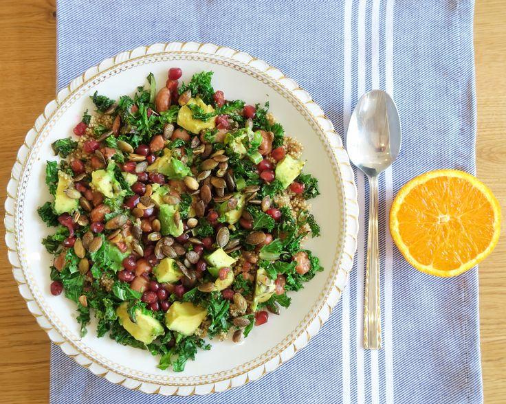 'KALE SALAD' Deze salade is bij ons thuis een hit! De boerenkool kort wokken maakt de smaak milder, en de topping van avocado,  granaatappelpitjes en sinaasappelsap  maakt het een friszoet geheel. De geroosterde pompoenpitten zorgen daarbij voor een knapperige bite, en de quinoa en berlotti bonen voor nog meer vezels en vitamines.