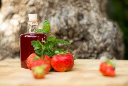 Erdbeersirup selber machen. Der Sirup schmeckt über z.B. über Vanilleeis, Jogurt, u.v.m.