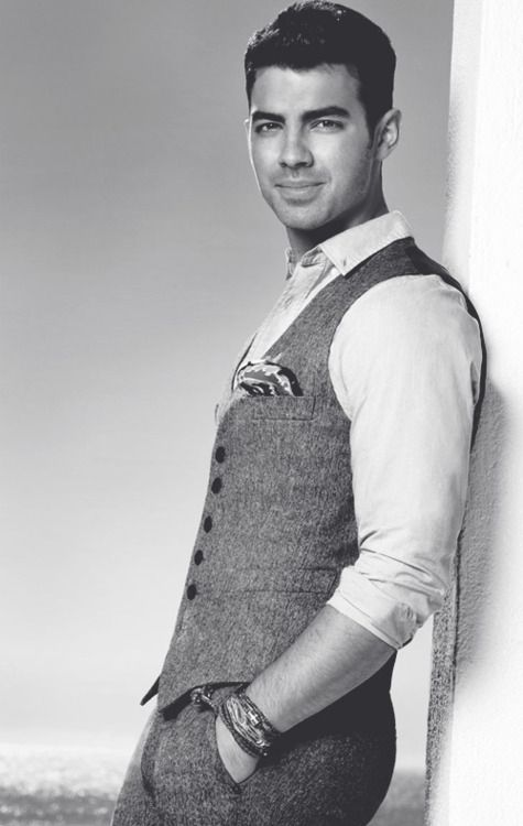 I like the sweater vest of Joe Jonas in this picture. It gives a more in depth look on his style