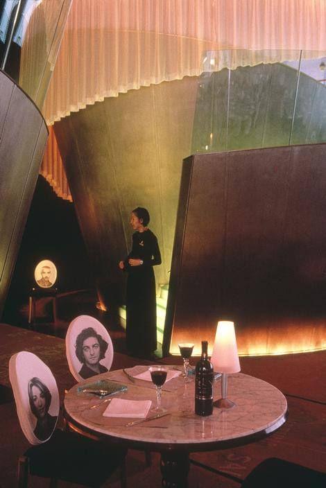 Anche questa sera la bottiglia di vino è immancabile sul tavolo! Questo è uno scatto del famosissimo Steve McCurry nel 1998. E i bicchieri sono rigorosamente mezzi pieni!