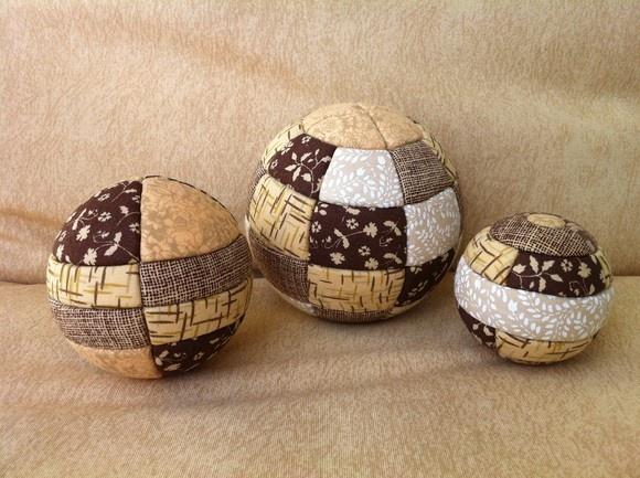 Três bolas de isopor-marrom/beje