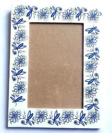 #Rama #foto cu #flori #stilizate #albastre. Produs lucrat manual din categoria #decoratiuni interior #casa si #gradina. Rama de #lemn pentru fotografie cu un model de flori stilizate de #culoare #albastra. Produsul a fost #decorat cu tehnica servetelului, pictat cu #acuarele #acrilice si lacuit cu lac ecologic pe baza de apa. Este potrivita pentru o fotografie de dimensiuni 10×15 cm. Dimensiuni rama 20 cm / 15 cm…