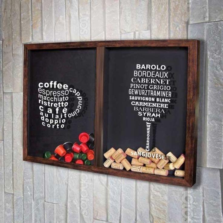 Quadro Misto para Rolhas e Cápsulas de café - Tipos de Café e Vinho    Com os desenhos de uma xícara de café e de uma taça de vinho formados pelos nomes de tipos de café e vinho.  Guarde as cápsulas de café Nespresso  já usadas e as rolhas de seus vinhos preferidos.  Atenção - Orientamos a lavar as cápsulas de café antes de inserir no quadro.  Há uma divisória que separa um lado só para rolhas e o outro lado só para as cápsulas.