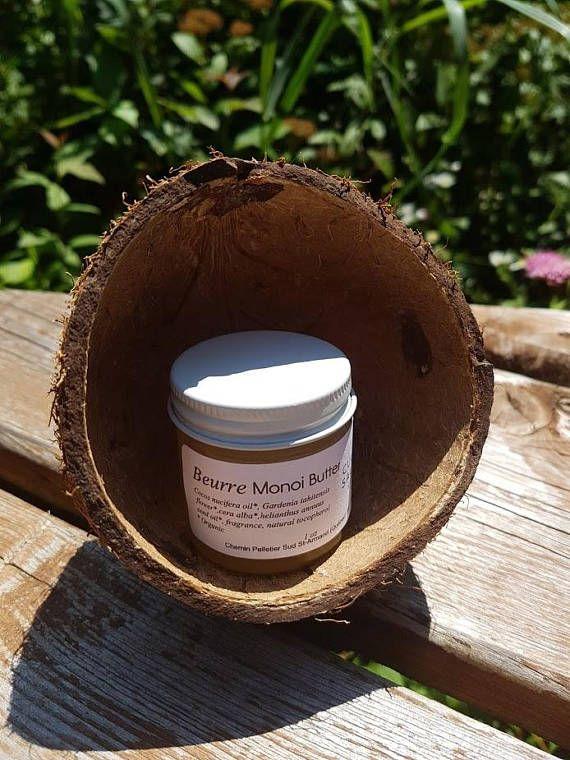 Ce beurre satine et parfume agréablement la peau dune odeur paradisiaque.  Composé dhuile de Monoi biologique de Tahiti, il fond sur la peau pour la nourrir intensément. Baume fondant très onctueux qui pénètre facilement dans la peau après massage.  Il prévient la déshydratation, et agit comme revitalisant et tonifiant sur la peau et les cheveux.  Monoi de Tahiti biologique certifié écocert  Fait à la main  1 oz  Pot de verre réutilisable  NOUS REMBOURSONS LA DIFFÉRENCE SI LES FRAIS DE…
