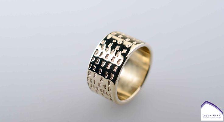 Gouden ring met tekst, van oud goud, bestempeld met woordjes van haar vriend en zoon.