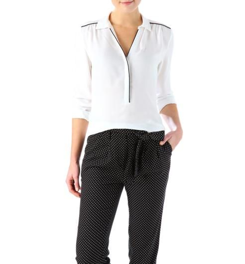 Camicia fluida con dettaglio sulle spalle per allargarle. Soft blouse with details on shoulders to widen them.